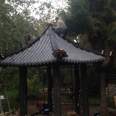 Беседка, покрытая китайской черепицей